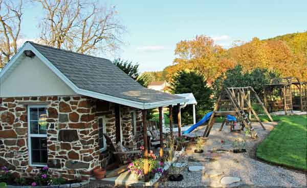 Iron Stone Acres Farm Bed and Breakfast - children's playhouse and playground